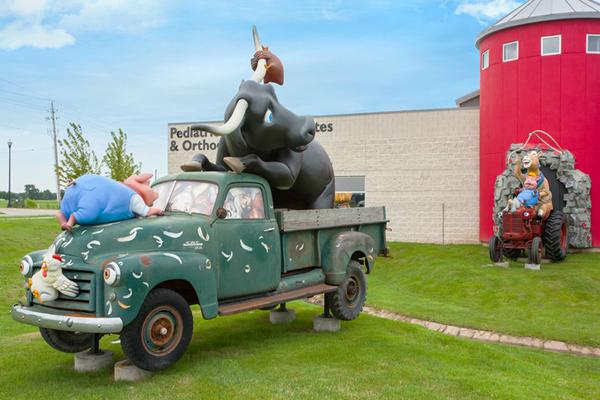 IDS-attention-grabbing-landmark-sculptures-photo-ops3